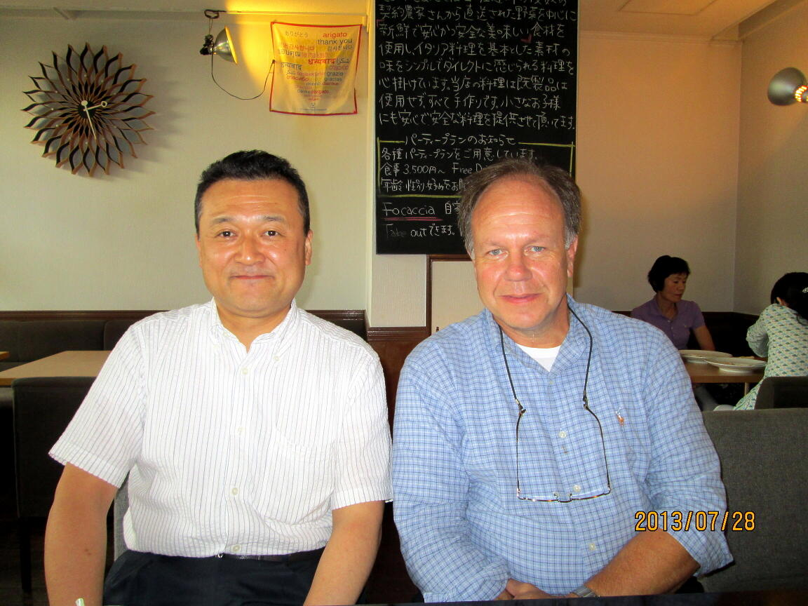 名古屋市内の飲食店での、ティモシー・ルソー教授との意見交換